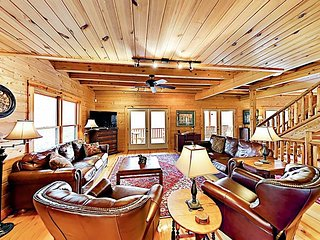 Linger Longer Lodge - All-Suite 8BR w/ 3 Decks - Near Hiking, Lake & Downtown
