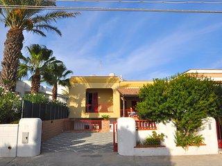 Villa con tre camere da letto, da 8 posti letto a pochi metri dal mare - Villa