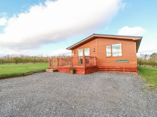NORTHUMBERLAND LODGE, open-plan, hot tub, all ground floor, near Barnard