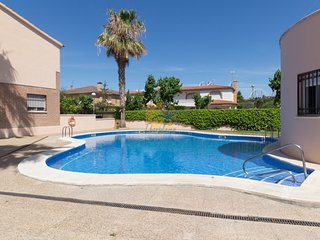 Beautiful semi-detached house with communal pool in Salou.