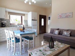 Spacious, Lux Apt * Fully equipped* 1min walk from sandy beach & Chania old town