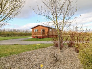 SOMERSET LODGE, luxury pet-friendly lodge with hot tub, Kiplin Ref 911929