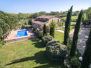 Big 8 Bdrs air-con Mansion near Barcelona, Games room, Large pool &15min beaches