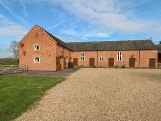 NEWFIELD GREEN FARM COTTAGE, quality cottage with swimming pool, games room