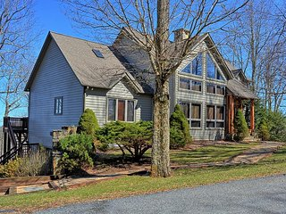 Bear Trail-4 BR 3 BA Home Located within minutes of Boone--VIEWS, HOT TUB, POOL