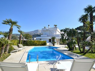 4 bedroom Villa with Pool, Air Con, WiFi and Walk to Shops - 5781415