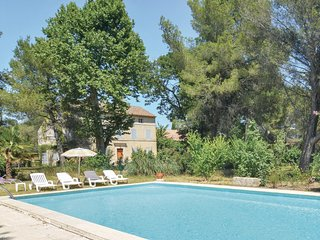 Amazing apartment in Saint-Rémy-de-Provence w/ Outdoor swimming pool, WiFi and