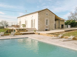 Awesome home in Saint-Aubin de Cadelec w/ Outdoor swimming pool, WiFi and 4 Bedr