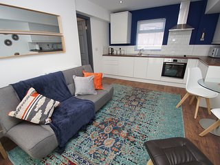 Cool, chic and comfortable apartment sleeps 4 close to centre and station