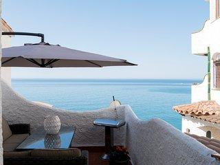 17 Apartamento sobre acantilado con una gran terraza con preciosas vistas mar