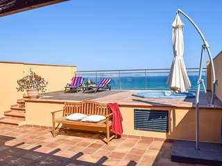 2C-Frontbeach, Spectacular sea views. Private Jacuzzi. Community garden and pool