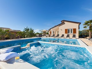 Lovely Villa Kaštelir, in Istria, with a Pool