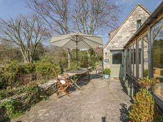 THE GARDEN COTTAGE, stone cottage, rural views, cosy accommodation, in Upwey