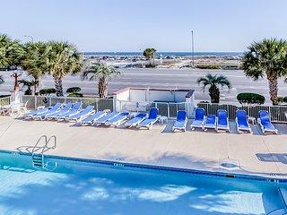 NEW LISTING! Beautiful condo w/ patio, full kitchen, shared pool - walk to beach