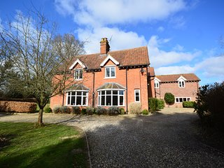 Highfield House: Sleeps 12. 3 acres with pool, grass tennis court & games room