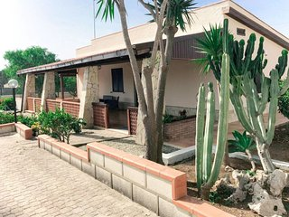 2 bedroom Villa with Air Con, WiFi and Walk to Beach & Shops - 5781277