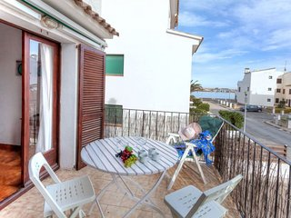 3 bedroom Apartment with Walk to Beach & Shops - 5057974