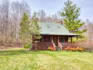 2BD 2BA Cozy Log Cabin, Easy Paved Access, View, Gas Log, Hot Tub, Wifi Pond