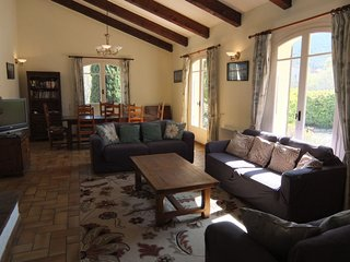 4 bedroom Villa with Pool, WiFi and Walk to Shops - 5575066