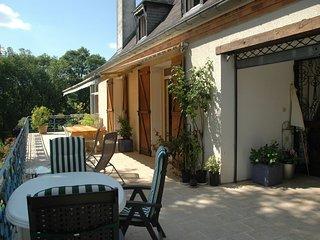Chambre PIVOINE en rez de chaussee, acces jardin et salle de bain independante.