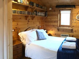 Astoria - Secluded Hideaway with sauna and parking