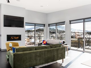 Exquisite Modern Home W/ Fireplace, Hot Tub and Spectacular Mt Sopris Views!