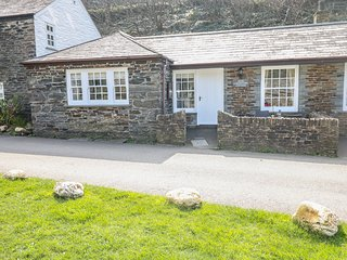 OLDE CARPENTERS COTTAGE, single-storey, WiFi, private patio, fabulous location