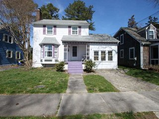 Updated Pet Friendly Rehoboth Home w/Hot Tub, Ping Pong. Sleeps 10 in 5 beds, Fr