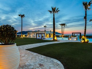 Paralia Beachfront Residence, 250m2 pool, walking distance to shops,full privacy