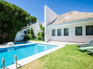 4 bedroom Villa with Pool, Air Con and WiFi - 5782312