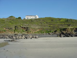 Tideswell at Coverack Headland ground floor; sleeps 4; pets; sea views, patio
