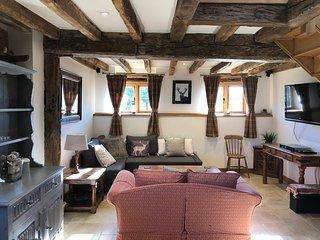 Cosy, Rustic 17th Century Barn. Convenient for Gatwick.