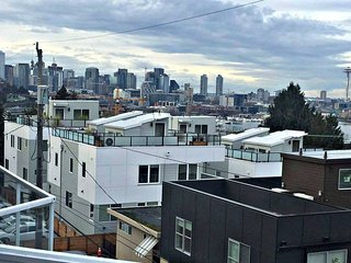 Panoramic Views!!! Seattle Skyline, Space Needle, Lake Union, Olympics