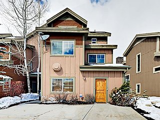 'Big Bobsled' Townhouse w/ Private Hot Tub & Pool Table -- Minutes to Skiing!