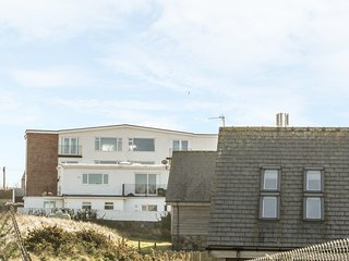 FLAT 1 BRYN COLYN, coastal views, WiFi, in Rhosneigr