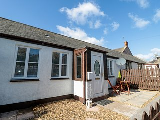 OLIVDAN COTTAGE, pet friendly, in Berwick-upon-Tweed
