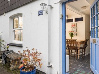 THIMBLE COTTAGE, Woodburner, WiFi, Courtyard garden, Mevagissey