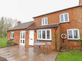WIGRAMS CANALSIDE COTTAGE, canal views, near Napton-on-the-Hill
