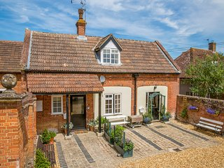 STABLE COTTAGE, open fire, WiFi, near Devizes