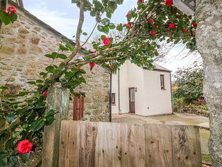 CAMELLIA COTTAGE, WiFi, garden, in Lanlivery
