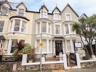 FLAT 5, WiFi, open-plan living, near the coast, Llandudno