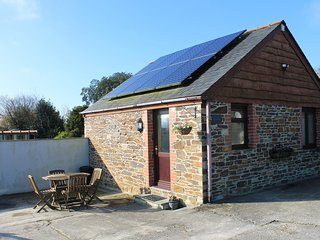 LITTLE MAY COTTAGE, pet-friendly, WiFi, near Newquay