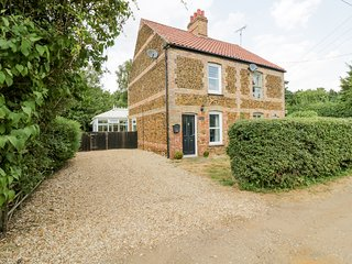 WESTBURY COTTAGE, walks from the doorstep, near King's Lynn