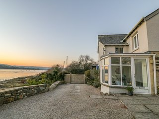 CLAMOAK COTTAGE, En-suite, Open fire, Terrace area, near Bere Alston