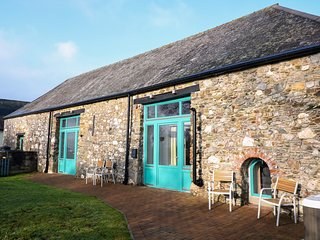 THE GRANARY, dog-friendly, hot tub, near Tavistock