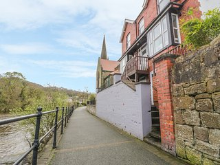 THE NEST, open-plan, river views, pet-friendly, in Llangollen
