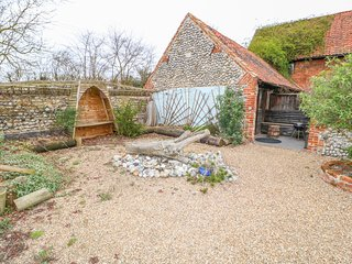 DRIFTWOOD BARN, ground-floor, WiFi, in Roughton, pet friendly