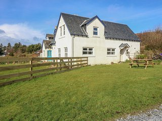 FAR VIEW COTTAGE, WiFi, En-suites, Country views, Kilchoan