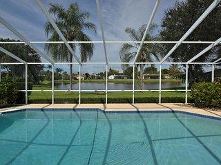 Schoenes Ferienhaus mit Pool und Seeblick in kurzer Entfernung zum Strand
