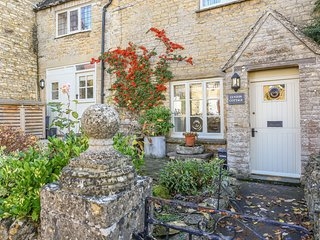LYNTON COTTAGE, WiFi, Enclosed garden, Open-plan, Church Enstone